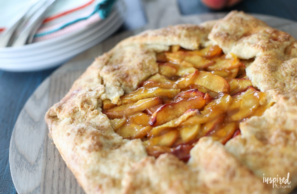 This Peach and Almond Crostata is an easy and delicious dessert idea made with fresh peach and crunchy almonds.