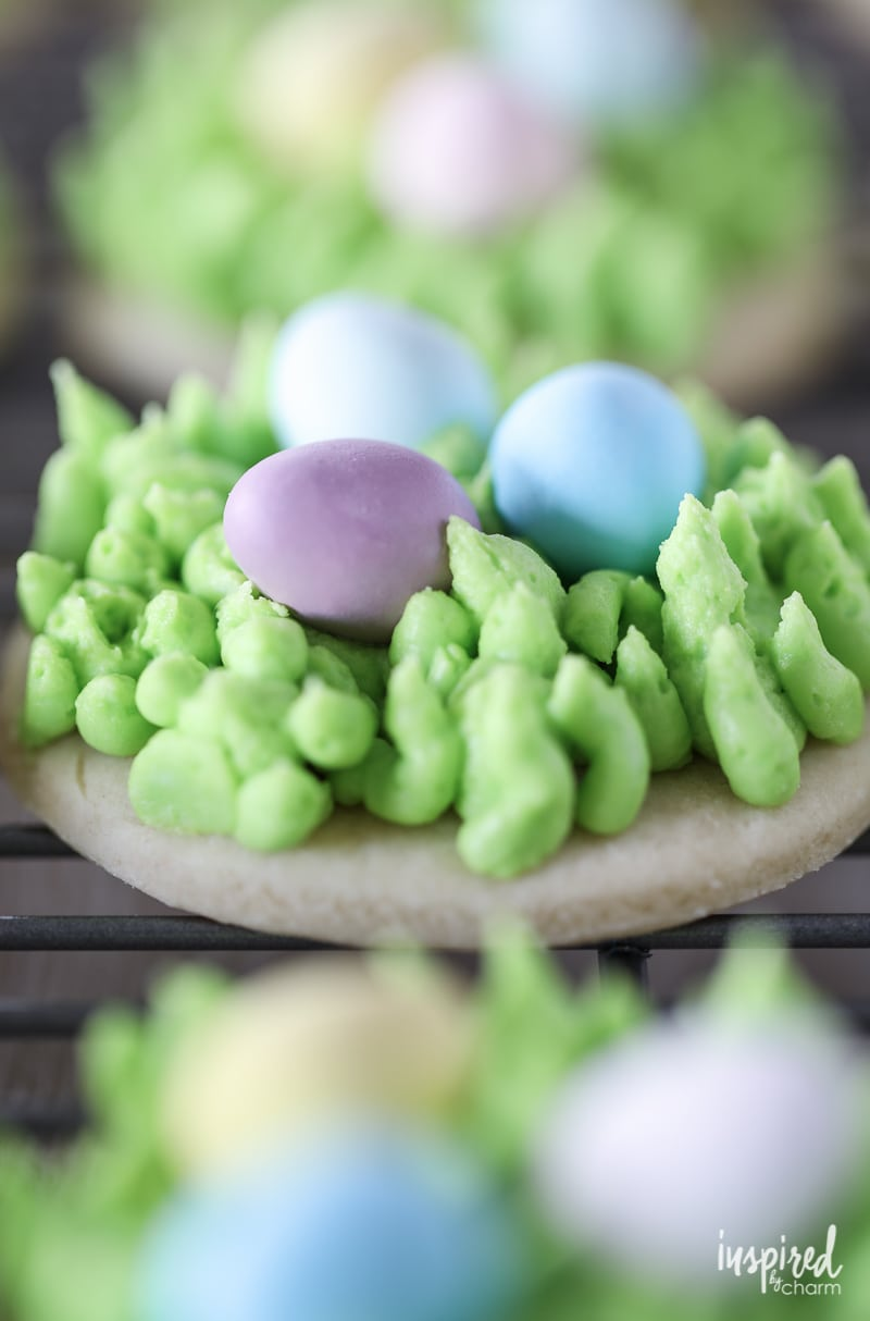 These Egg Hunt Easter Cookies make a cute and tasty #Easter #dessert treat!