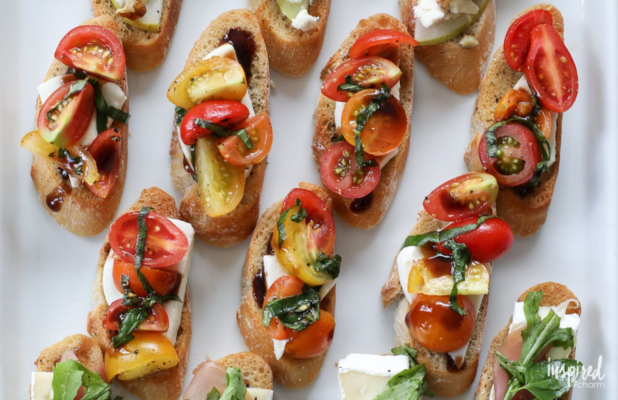 This Mozzarella Caprese Crostini is an easy summer #appetizer #recipe that everyone will love, and it can be made in under 15 minutes. #caprese #crostini