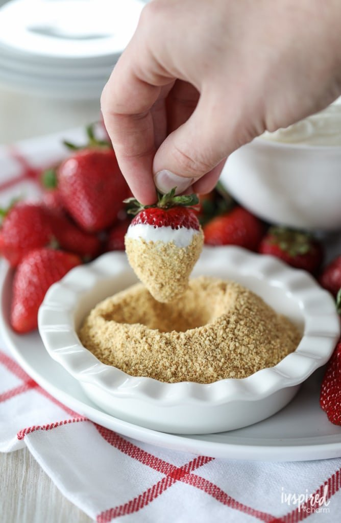 Cheesecake Dip with Strawberry - an easy summer dessert recipe idea #cheesecake #dip #strawberries #dessert #recipe