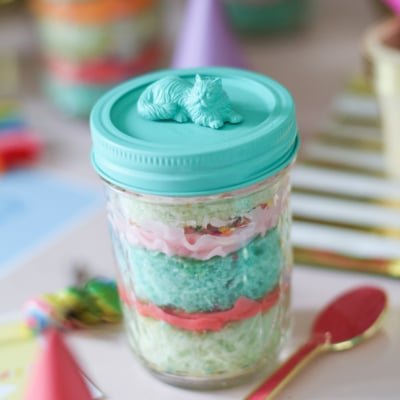 Adorable and delicious Cake in a Jar! #recipe #cake #cupcake #masonJar