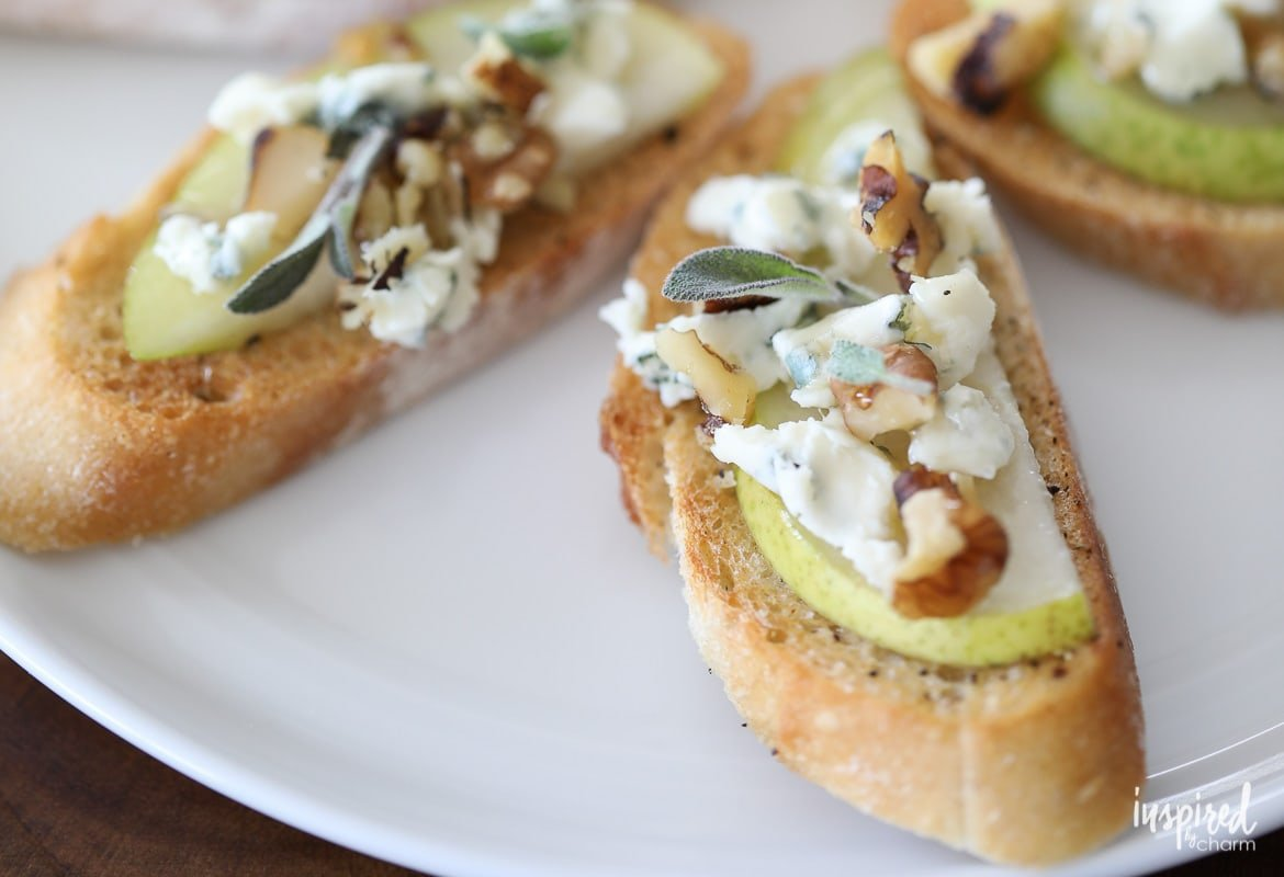 This Blue Cheese, Pear, and Honey Crostini make a flavorful and easy appetizer. #appetizer #crostini #bluecheese #pear #honey #recipe