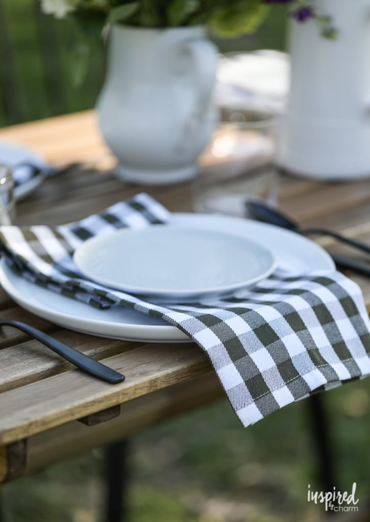 Tips for styling a beautiful backyard table setting on a budget! #outdoor #backyard #decor #entertaining