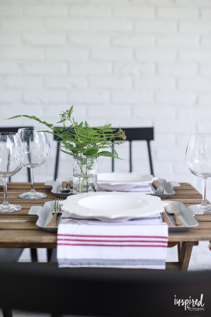 Tips and ideas for an Effortless Outdoor Summer Table Setting #summer #outdoor #porch #table #setting #tablescape