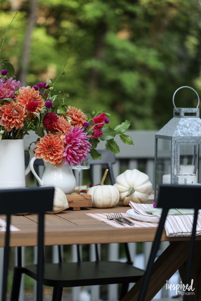 Chic and Colorful Outdoor Fall Tablescape Ideas #fall #tablescape #outdoor #tablesetting #falldecor