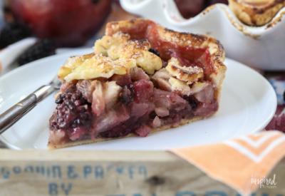 This Blackberry Pear Pie is the perfect summer meets fall dessert recipe. #blackberry #pie #pie #dessert #fallbaking #recipe