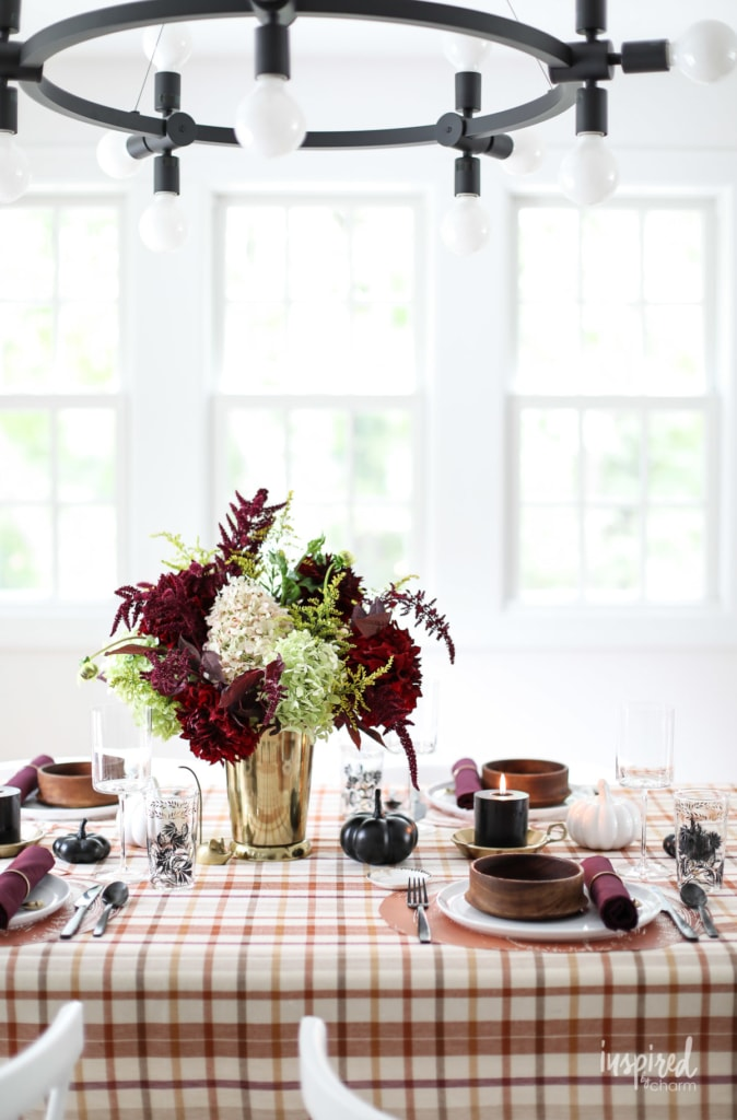 Colorful and Chic Fall Table Decorations and Fall Dining Room Decor Ideas #fall #table #decorations #diningroom #ideas #decor #tablescape