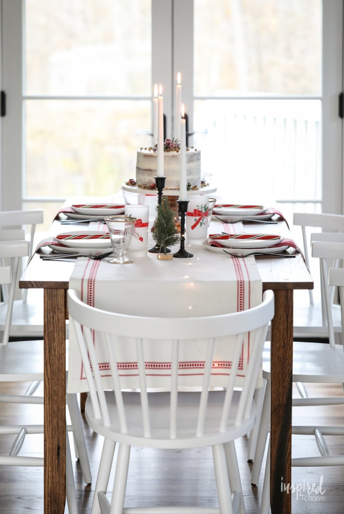 Vintage Modern Christmas Table Decor ideas to dress up your home for the holidays! #diningroom #decor #tablesetting #tablescape #table #decorating #christmas #holiday #modern #vintage