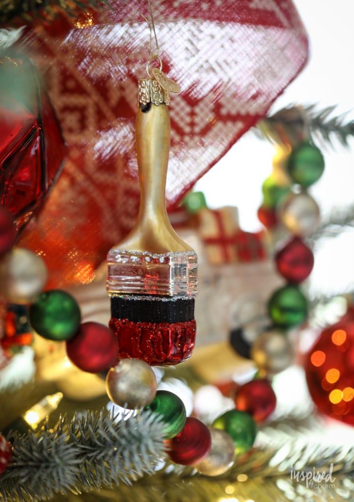 Family Room Christmas Decoration Ideas for unique and festive holiday decor #christmas #decorating #familyroom #livingroom #mantel #fireplace #decor #holiday #christmastree