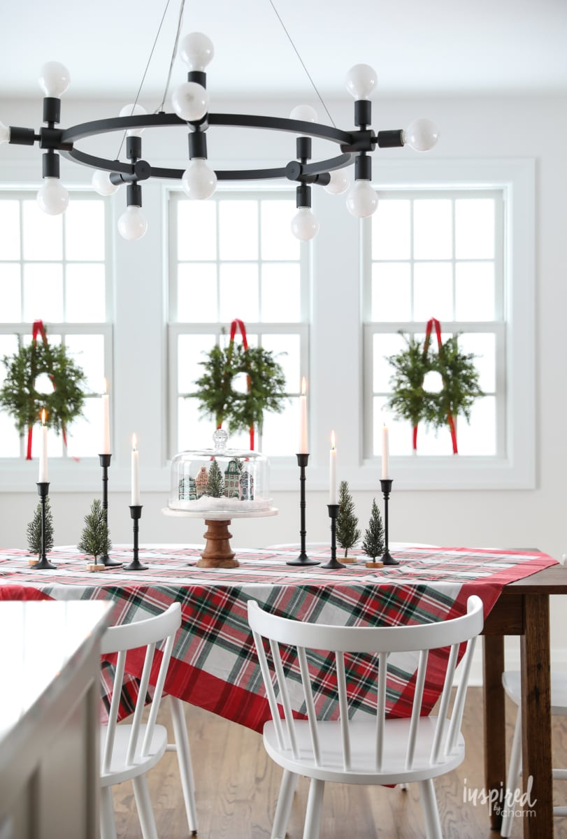 How to Create a Simple Christmas Centerpiece #christmas #centerpiece #table #decor #holiday #diningroom #decorations #tablescape