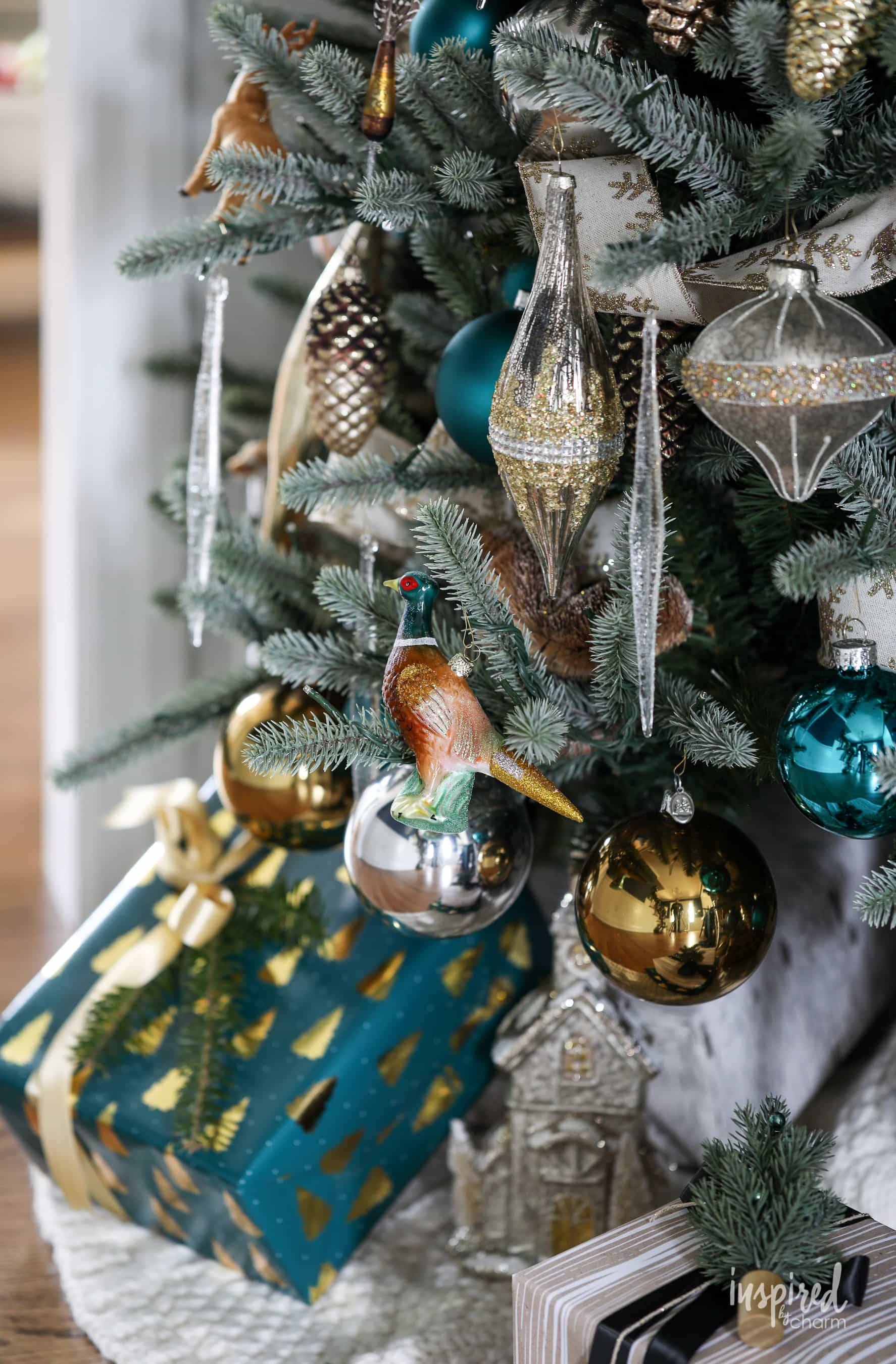 How to Decorate a Woodland Glam Christmas Tree #woodland #glam #christmas #tree #decor #holiday #decorating #christmastree